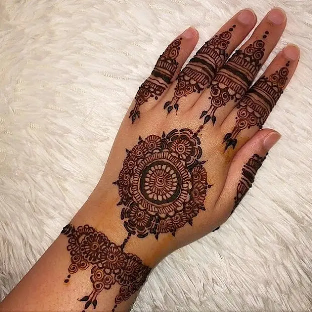Circle-with-flowers-henna-design