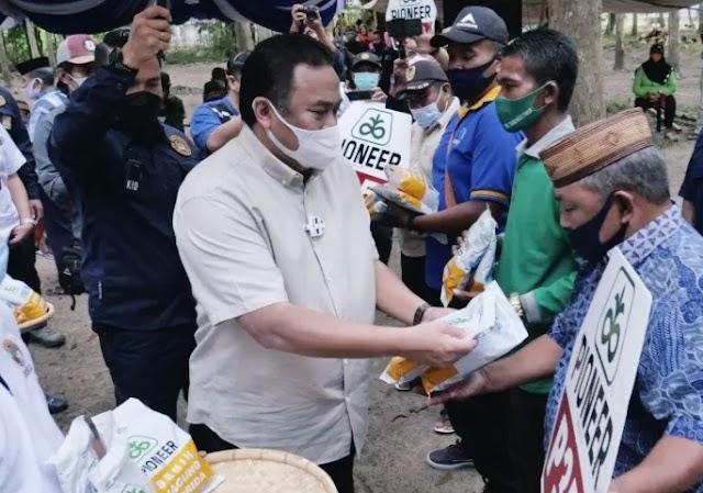 Wakil Ketua DPR RI Rachmat Gobel Membagikan Bantuan Benih Jagung Bagi Para Pentani Gorontalo