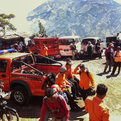 para petugas sudah siap melakukan proses pendakian evakuasi