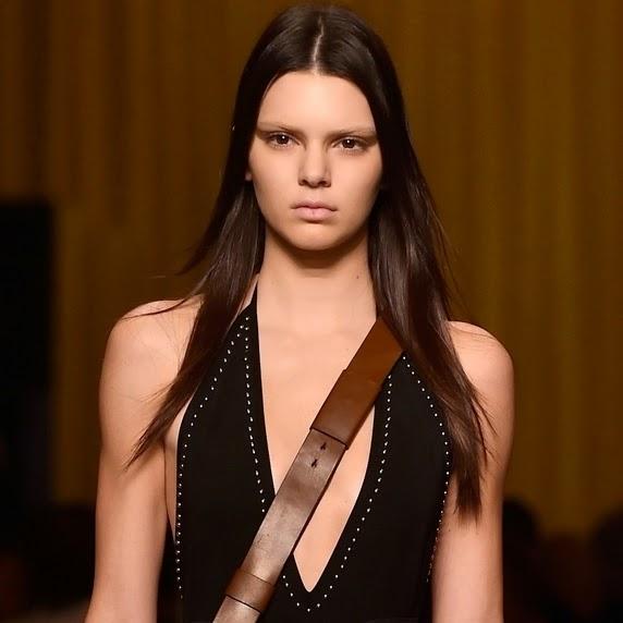 A jovem desfilou para a coleção Primavera Verão da Givenchy, vestida com um macacão preto decotado e curtinho