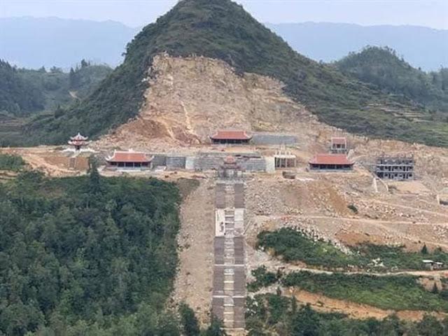 Khu du lịch xẻ núi trên đỉnh Lũng Cú