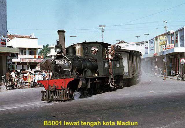 Saat itu keretanya juga lewat tengah kota Madiun.