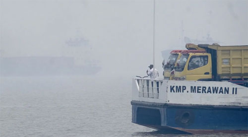STILL THICKNESS: The canoe crosses the Kapuas River with thick smoke conditions that cover the City of Pontianak. Day by day, the smoke condition was getting thicker, but the community was still active as usual. SHANDO SAFELA / PONTIANAK POST
