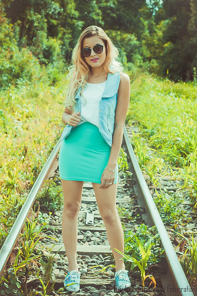 Aline Arruda look com  colete jeans, saia e tênis - blog Ally Arruda
