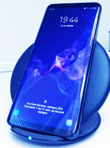 في وقت سابق من هذا العام ، كان هاتف Samsung Galaxy S9 Plus أفضل كاميرا للهواتف المحمولة ، حيث تم دمج تجربة الهاتف الذكي الممتازة الشاملة مع عرض التصوير الفوتوغرافي الرائع.  حول الجزء الخلفي تحصل على كاميرتين ، مع مستشعر 12 ميجابيكسل الرئيسي متصل بمستشعر ثانوي 12 ميجابيكسل تحته مباشرة.    يعتبر المستشعر الرئيسي خاصًا إلى حد ما ، نظرًا لأنه يحتوي على فتحة f / 1.5 لأول هاتف على مستوى العالم ، مما يعني أنه يؤدي أداءً رائعًا في الإضاءة المنخفضة.