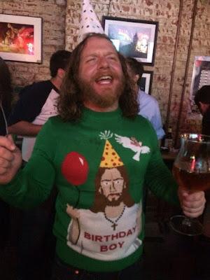 Mann lange Haare und Vollbart mit hässlichen Pullover