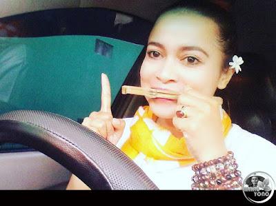 FOTO 3 : Nini Subang memainkan karinding