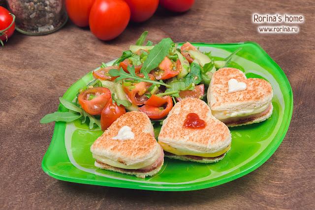 Горячие бутерброды со свежим овощным салатом
