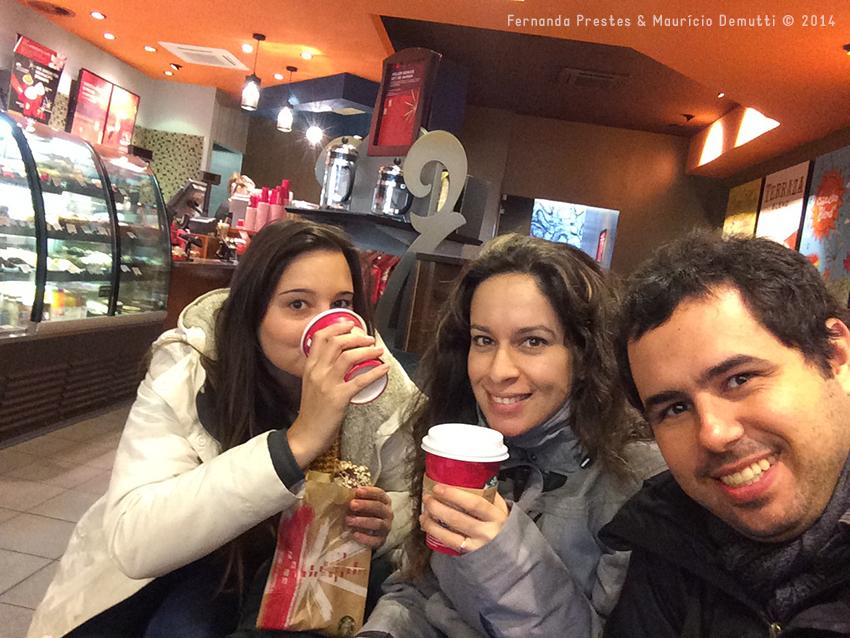 tomando café na Starbucks