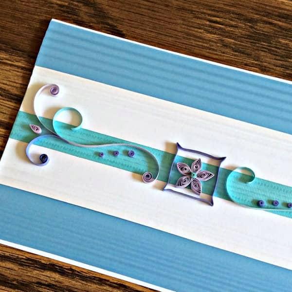 handgemaakte quilled kaart met scrollwork en bloem