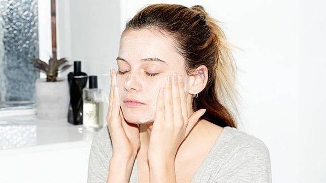Lakukan 5 Perawatan ini Sebelum Tidur Malam Supaya Wajahmu Cerah di Pagi Hari