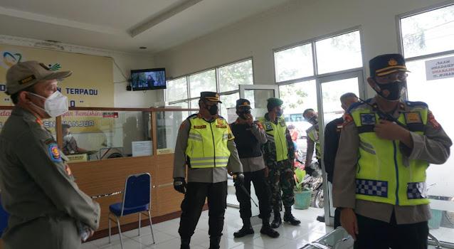 Sidak Prokes, Petugas Gabungan Dari Kepolisian Dan Tim Gugus Tugas Penanganan Covid-19 Sisir Perkantoran