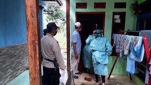 Warga Reaktif Covid Binmas Desa Loa Polresta Bandung, Dampingi Tim Tindakan Medis