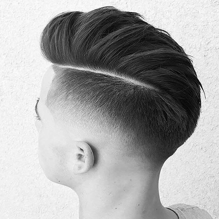 Um dos tipos de cortes de cabelo masculino degrade com risco na parte superior