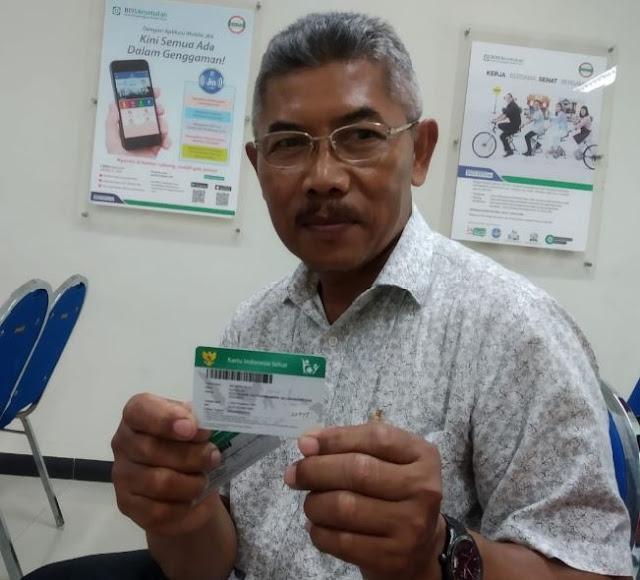 """Mojokerto - majalahglobal.com : Suparlan (63) adalah satu peserta segmen Pekerja Bukan Penerima Upah (PBPU) Jaminan Kesehatan Nasional - Kartu Indonesia Sehat (JKN-KIS) yang berasal dari daerah Penambangan Balongbendo Sidoarjo. Ia terdiagnosahyperplasia of prostateatau biasa disebut kanker prostat pada Februari 2019 lalu.  Suparlan kemudian dianjurkan untuk kontrol tiap bulan oleh dokter agar dapat membantu untuk kesembuhannya, ia juga menyampaikan saran-saran dokter untuk menjaga asupan makan, tidak merokok, dan selalu berpikir positif. Selama kontrol terkait penyakit yang dideritanya, ia menggunakan layanan kesehatan JKN-KIS agar dapat meringankan beban biaya dalam proses penyembuhan penyakit prostatnya.  """"Saya terdaftar menjadi peserta JKN-KIS sejak tahun 2014, untuk berjaga-jaga siapa tahu akan membutuhkan jaminan kesehatan. Selain itu juga saya ingin menjadi warga negara Indonesia yang baik dengan mengikuti program jaminan kesehatan yang ada,"""" ungkap Suparlan.  Kanker prostat adalah penyakit kanker yang berkembang di prostat, sebuah kelenjar dalam sistem reproduksi lelaki. Beberapa faktor yang dapat meningkatkan risiko terkena kanker prostat adalah usia, ras, riwayat keluarga (faktor keturunan), hormon, dan pola makan. Kontrol pengobatan kanker prostat Suparlan berlangsung di Rumah Sakit Gatoel Mojokerto, Suparlan merasakan fasilitas dan pelayananan yang baik selama pengobatan.  """"Saya selalu kontrol di Rumah Sakit Gatoel, awalnya saya ke fasilitas kesehatan tingkat pertama yaitu di puskesmas balongbendo kemudian saya dirujuk ke Rumah Sakit Gatoel. Selama satu tahun saya kontrol disana, saya merasakan pelayan yang memuaskan, sesuai dengan kelas saya yaitu kelas satu,"""" ujar Suparlan.  Ia juga mengatakan bahwa, saat kontrol atau diberi obat di Rumah Sakit Gatoel tidak pernah diminta utuk membayar oleh pihak rumah sakitnya, obatnya juga sesuai dan ketika ia melakukan pengobatan rawat inap, kamarnya juga bersih dan perawatnya ramah.  """"Secara keseluruhan saya puas de"""