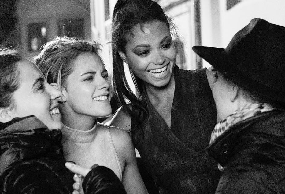"""Elizabeth Banks celebra fim das filmagens de """"As Panteras"""" com foto do novo trio"""