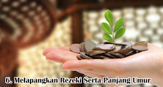 Melapangkan Rezeki Serta Panjang Umur merupakan salah satu manfaat dan keutamaan silaturahmi saat idul fitri