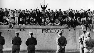 Estudiantes sobre el muro