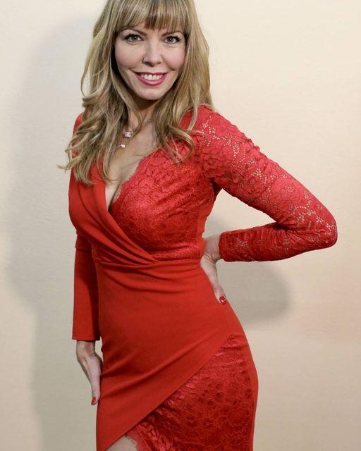 Mini φόρεμα σε κόκκινο χρώμα με δαντέλα στη μία πλευρά.