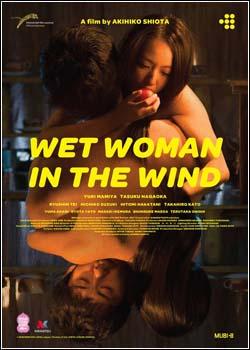 Mulher molhada ao vento