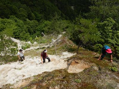 北比良峠へ至る砂地の急坂を登ります