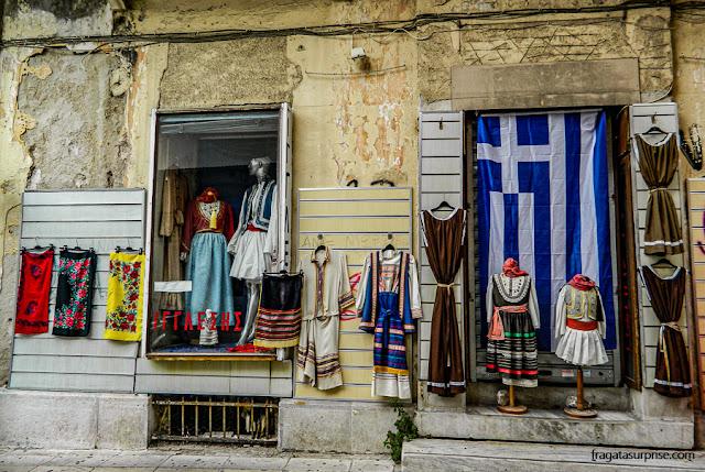 Trajes gregos em uma loja de souvenir em Monastiráki