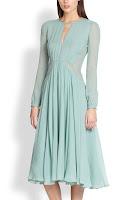 Bir bayan üzerindeki turkuvaz renkli uzun jorjet elbise