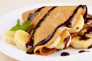 Блины с шоколадной пастой и бананами