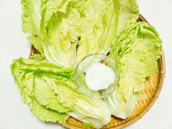 xát muối vào hai mặt của lá cải thảo