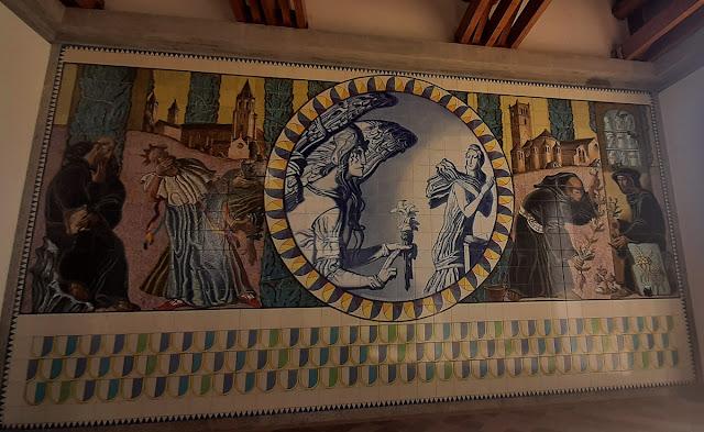 painel de azulejos mostrando um episódio da vida de São Bento