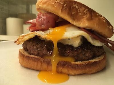 Hamburguesa con queso Gorgonzola bacon y huevo frito - Receta - el gastrónomo - ÁlvaroGP - Marketing de contenidos