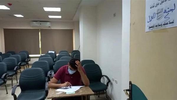 بالصور لجان لعزل الطلاب المشتبه بإصابتهم بكورونا أثناء الامتحانات بـ «صيدلة طنطا»