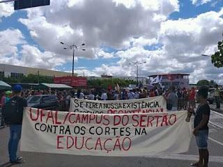 Ato em defesa da educação pública em Delmiro Gouveia.