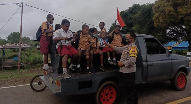 Polsek Sota Bantu Antar Jemput Anak Sekolah di Wilayah Perbatasan