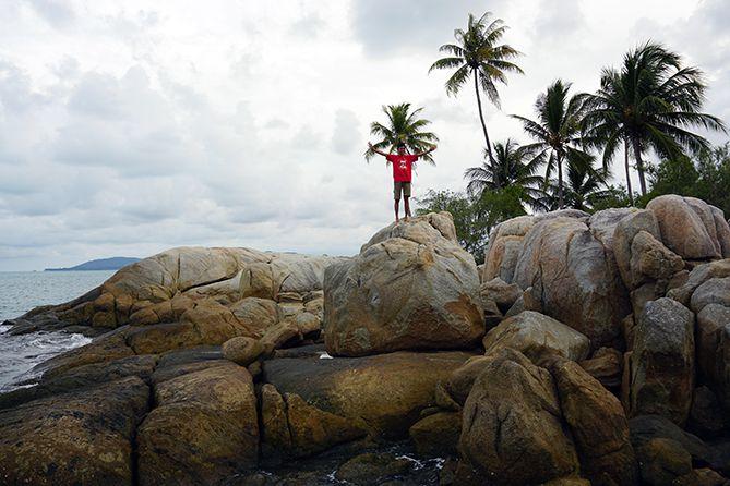 Bebatuan menjulang tinggi di tepian pantai