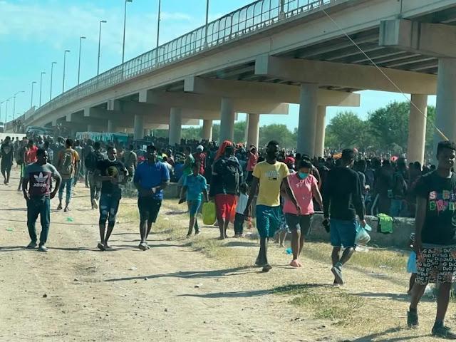 EE.UU. empieza a deportar a los haitianos retenidos en puente en la frontera