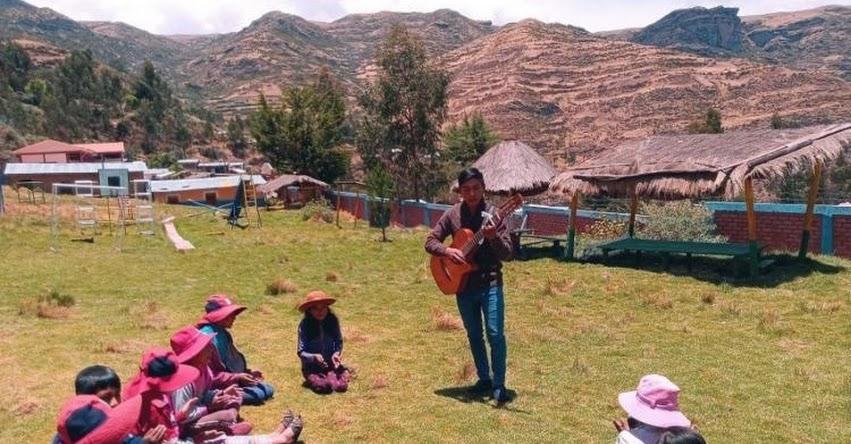 WINDER HUAMANI: Joven docente ganador de la Beca Permanencia regresó a su pueblo para enseñar a los niños