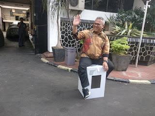 Komisi Pemilihan Umum (KPU) melakukan mendemonstrasi untuk menguji kekuatan kotak suara kardus. /Foto/Tirto