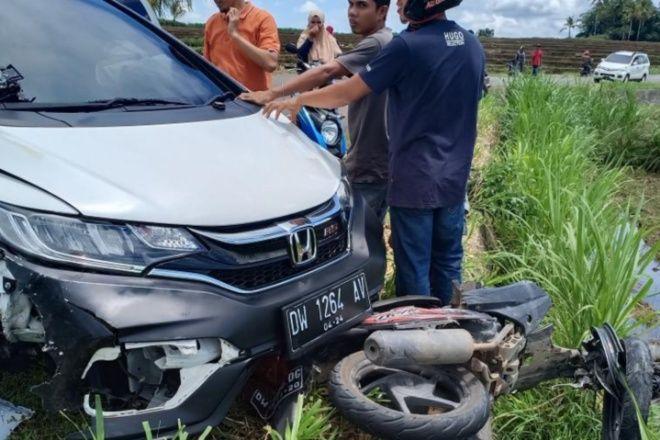 Mobil Tabrakan dengan Motor di Kahu, Korban Patah Kaki dan Tangan