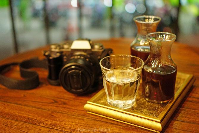 Menikmati waktu ditemani kopi