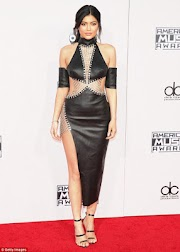 Check out Kylie Jenner's dress to the AMA 2015