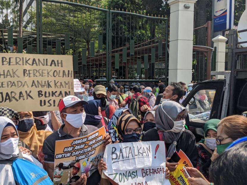 Ratusan Orangtua Murid Demo di Kantor Nadiem, Minta PPDB DKI Dibatalkan,  naviri.org, Naviri Magazine, naviri majalah, naviri