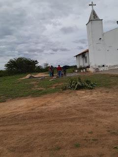 Enquanto a preocupação da prefeita é o Carnaval, moradores do Bairro Coqueiro faz reparos na igreja para os festejos