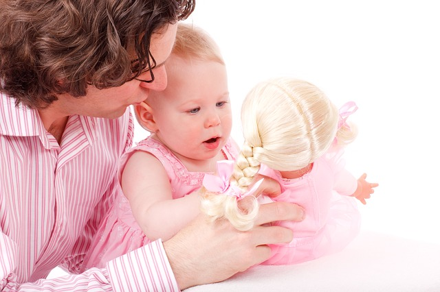Baby spielt mit Puppe