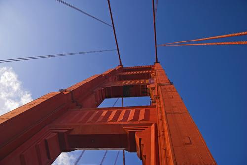 Espectacular vista contrapicado de una de las torres o contrafuertes del famoso Puente Golden Gate