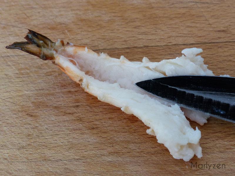 Ouvrez les crevettes en deux.