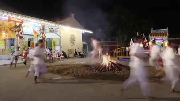 Nghi thức chạy qua đống lửa trong lễ hội ở Thái Lan