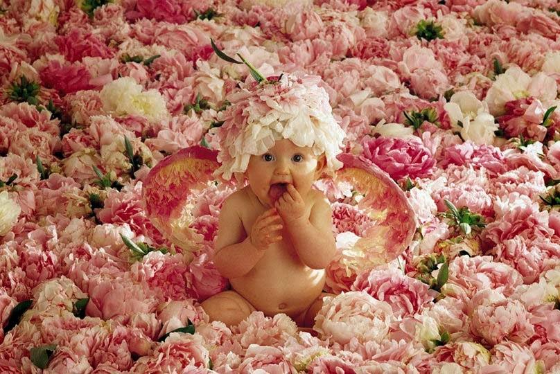 sevimli-bebek-oturma grubu-in-çiçekler