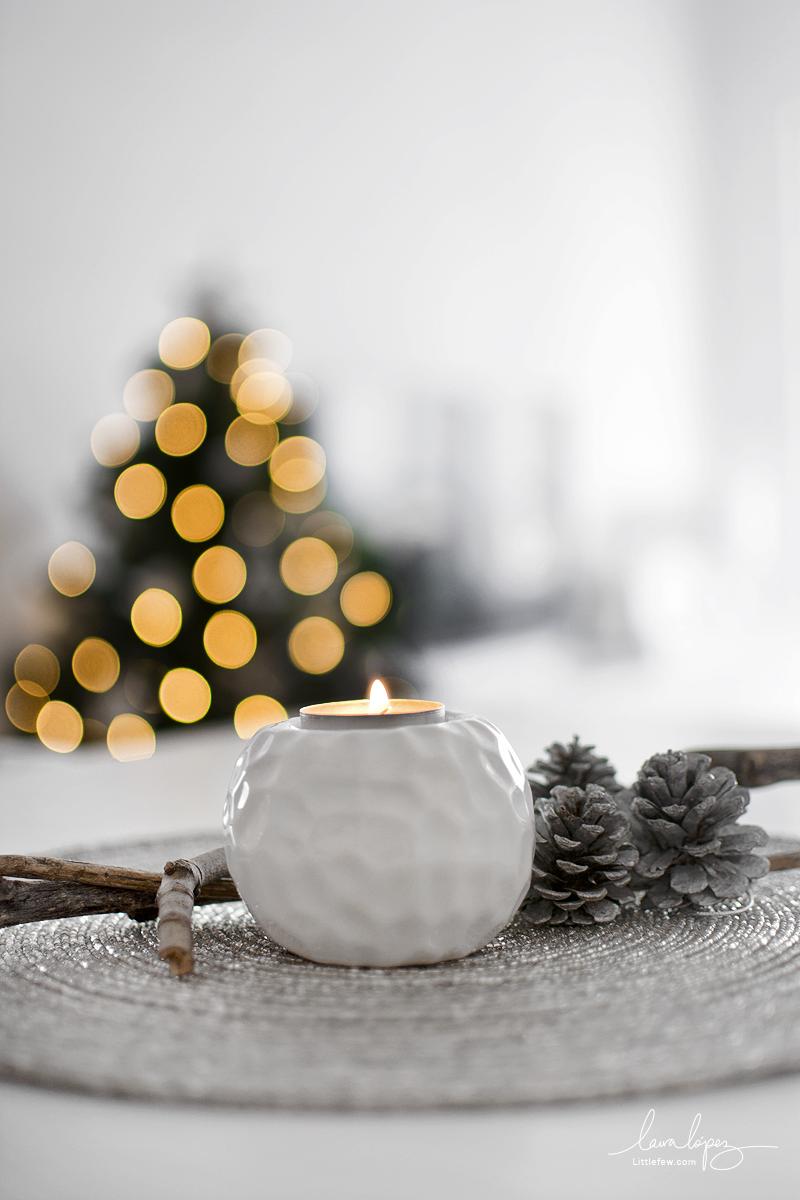 Nordic style Christmas tree and minimal decoration for living-room / Árbol de Navidad de estilo nórdico y decoración minimalista para el salón