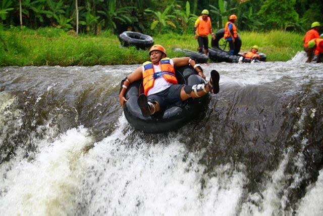 Wisata Tubing Kali Badeng